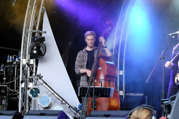 Pete Thomas onstage at Bunkfest 2014 (with Jackie Oates)